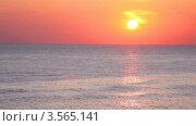 Оранжевое небо с облаками над морем на закате. Стоковое видео, видеограф Losevsky Pavel / Фотобанк Лори