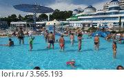Отдыхающие у бассейна на фоне отеля. Стоковое видео, видеограф Losevsky Pavel / Фотобанк Лори