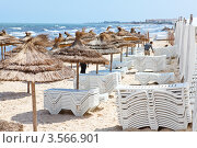 Купить «Пустующий пляж с зонтиками и лежаками перед летним сезоном», фото № 3566901, снято 1 мая 2012 г. (c) Кекяляйнен Андрей / Фотобанк Лори
