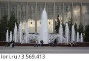 Фонтан на фоне стеклянного фасада (2011 год). Редакционное фото, фотограф Яблонских Татьяна / Фотобанк Лори