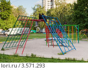 Купить «Подростки скучающие на детской площадке во дворе», эксклюзивное фото № 3571293, снято 26 мая 2012 г. (c) Родион Власов / Фотобанк Лори