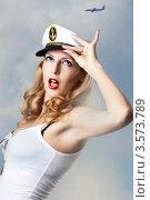 Купить «Привлекательная блондинка в капитанской фуражке», фото № 3573789, снято 2 июня 2012 г. (c) katalinks / Фотобанк Лори