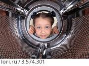 Купить «Девочка заглядывает в барабан стиральной машинки», фото № 3574301, снято 2 июня 2012 г. (c) Игорь Долгов / Фотобанк Лори