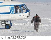 Купить «Полярник торопится успеть на борт вертолета Ми-8 на крайнем севере», фото № 3575709, снято 26 марта 2012 г. (c) Пьянков Александр / Фотобанк Лори