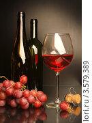 Композиция с бокалом красного вина и виноградом. Стоковое фото, фотограф Виктор Топорков / Фотобанк Лори