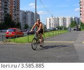 Купить «Виды района Новокосино. Велосипедист едет по дороге. Улица Новокосинская, Москва», эксклюзивное фото № 3585885, снято 5 июня 2012 г. (c) lana1501 / Фотобанк Лори