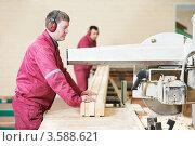 Купить «Плотники распиливают брус циркулярной пилой», фото № 3588621, снято 5 апреля 2012 г. (c) Дмитрий Калиновский / Фотобанк Лори