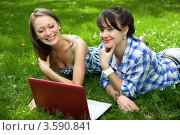 Купить «Две девушки с ноутбуком в парке», фото № 3590841, снято 25 июля 2008 г. (c) Владимир Целищев / Фотобанк Лори
