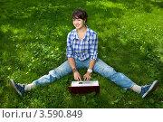 Купить «Привлекательная девушка с ноутбуком в парке», фото № 3590849, снято 25 июля 2008 г. (c) Владимир Целищев / Фотобанк Лори