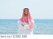 Купить «Араб в традиционной одежде стоит на фоне моря», фото № 3593185, снято 12 мая 2012 г. (c) Elnur / Фотобанк Лори