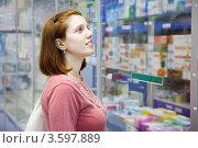 Купить «Женщина в аптеке смотрит на витрину», фото № 3597889, снято 4 июня 2012 г. (c) Яков Филимонов / Фотобанк Лори