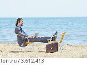 Купить «Бизнесмен отдыхает на пляже с ноутбуком», фото № 3612413, снято 12 мая 2012 г. (c) Elnur / Фотобанк Лори
