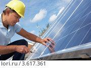 Купить «Рабочий занимается установкой солнечных батарей», фото № 3617361, снято 20 июня 2011 г. (c) Monkey Business Images / Фотобанк Лори