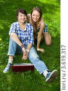 Купить «Две девушки с ноутбуком в парке», фото № 3619317, снято 25 июля 2008 г. (c) Владимир Целищев / Фотобанк Лори