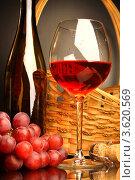 Натюрморт с бокалом красного вина, корзиной и виноградом. Стоковое фото, фотограф Виктор Топорков / Фотобанк Лори