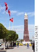 Пешеходная зона и часы Big Ben на улице имени Habib Bourguiba в городе Тунис (2012 год). Редакционное фото, фотограф Кекяляйнен Андрей / Фотобанк Лори