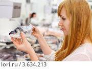 Купить «Девушка выбирает рыбу в магазине», фото № 3634213, снято 11 марта 2011 г. (c) Losevsky Pavel / Фотобанк Лори