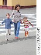 Женщина с двумя детьми перебегает улицу по пешеходному переходу (2010 год). Стоковое фото, фотограф Losevsky Pavel / Фотобанк Лори
