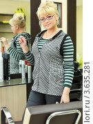 Купить «Портрет женщины парикмахера с ножницами на своем рабочем месте», фото № 3635281, снято 18 мая 2011 г. (c) Losevsky Pavel / Фотобанк Лори