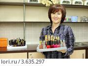 Купить «Красивая женщина в косметическом салоне держит поднос с множеством флакончиков лака для ногтей», фото № 3635297, снято 18 мая 2011 г. (c) Losevsky Pavel / Фотобанк Лори