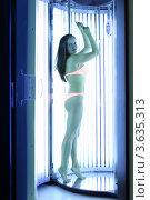 Купить «Молодая красивая женщина в оранжевом купальнике загорает в солярии», фото № 3635313, снято 18 мая 2011 г. (c) Losevsky Pavel / Фотобанк Лори