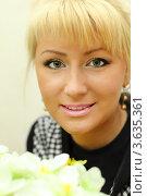 Купить «Портрет веселой блондинки с цветами», фото № 3635361, снято 18 мая 2011 г. (c) Losevsky Pavel / Фотобанк Лори