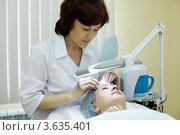 Купить «Косметолог в салоне красоты очищает кожу лица женщины», фото № 3635401, снято 18 мая 2011 г. (c) Losevsky Pavel / Фотобанк Лори