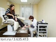 Купить «Женщина в педикюрном салоне», фото № 3635413, снято 18 мая 2011 г. (c) Losevsky Pavel / Фотобанк Лори