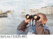 Купить «Мальчик смотрит на закат через бинокль», фото № 3635481, снято 4 сентября 2010 г. (c) Losevsky Pavel / Фотобанк Лори