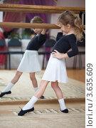 Купить «Девочка у перекладины в балетном классе», фото № 3635609, снято 16 ноября 2010 г. (c) Losevsky Pavel / Фотобанк Лори