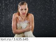 Купить «Капли дождя падают на девушку в нарядном платье на темном студийном фоне», фото № 3635645, снято 2 апреля 2011 г. (c) Losevsky Pavel / Фотобанк Лори