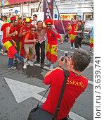 Купить «Футбольные фаны из Испании фотографируются в фан-зоне в Киеве перед финальным матчем», фото № 3639741, снято 1 июля 2012 г. (c) FMRU / Фотобанк Лори