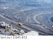 Большегрузный автомобиль работает в угольном карьере (2012 год). Стоковое фото, фотограф Юлия Врублевская / Фотобанк Лори