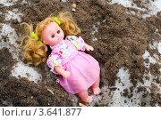 Красивая кукла на грязном весеннем снегу. Стоковое фото, фотограф Алексей Судариков / Фотобанк Лори