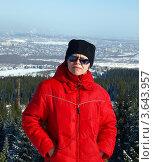 Купить «Спортивная женщина на вершине горы на фоне зимнего города», фото № 3643957, снято 3 марта 2012 г. (c) Евгений Ткачёв / Фотобанк Лори