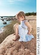 Маленькая девочка спускается вниз по камню. Стоковое фото, фотограф Андрей Небукин / Фотобанк Лори