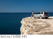 Купить «Мужчина стоит возле автомобиля на обрыве у моря», фото № 3650141, снято 26 сентября 2011 г. (c) SummeRain / Фотобанк Лори