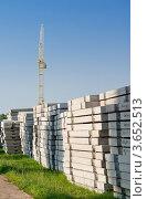 Склад стройматериалов и высокий грузовой кран на фоне ясного неба. Стоковое фото, фотограф Алексей Омельянович / Фотобанк Лори