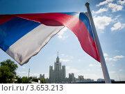 Купить «Российский флаг на фоне высотки на Котельнической набережной. Москва», фото № 3653213, снято 8 июля 2012 г. (c) E. O. / Фотобанк Лори