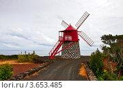 Купить «Традиционная ветряная мельница на берегу острова Пику», фото № 3653485, снято 3 мая 2012 г. (c) Юлия Бабкина / Фотобанк Лори