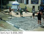 Купить «Геленджик, люди на улице убирают последствия наводнения в Краснодарском крае», фото № 3656393, снято 8 июля 2012 г. (c) Анна Мартынова / Фотобанк Лори