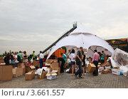 Купить «Пункт сбора гуманитарной помощи для пострадавших от наводнения на Кубани», эксклюзивное фото № 3661557, снято 11 июля 2012 г. (c) Наталья Волкова / Фотобанк Лори