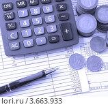 Калькулятор, монеты и авторучка на таблице с цифрами. Стоковое фото, фотограф Екатерина Усынина / Фотобанк Лори