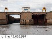 Купить «Судоходный шлюз через реку Каму, г. Чайковский», эксклюзивное фото № 3663997, снято 6 августа 2009 г. (c) Кучкаев Марат / Фотобанк Лори