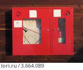 Купить «Пожарный кран и огнетушитель на стене деревянного дома», фото № 3664089, снято 18 февраля 2012 г. (c) Игорь Долгов / Фотобанк Лори