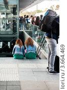 Люди ожидают поезд на вокзале. Стоковое фото, фотограф Елена Поминова / Фотобанк Лори