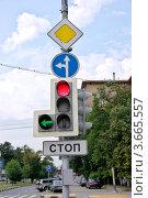 Купить «Светофор и дорожные знаки», фото № 3665557, снято 12 июля 2012 г. (c) Илюхина Наталья / Фотобанк Лори