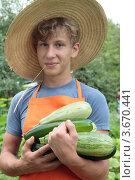 Купить «Подросток в соломенной шляпе держит несколько кабачков», фото № 3670441, снято 13 июля 2012 г. (c) Наталья Евстигнеева / Фотобанк Лори