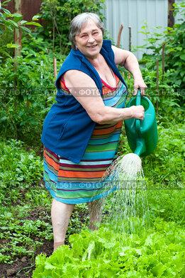 Купить «Пожилая женщина поливает огород», эксклюзивное фото № 3670561, снято 27 марта 2010 г. (c) Куликова Вероника / Фотобанк Лори