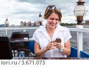 Девушка читает смс на мобильном телефоне. Стоковое фото, фотограф Кекяляйнен Андрей / Фотобанк Лори